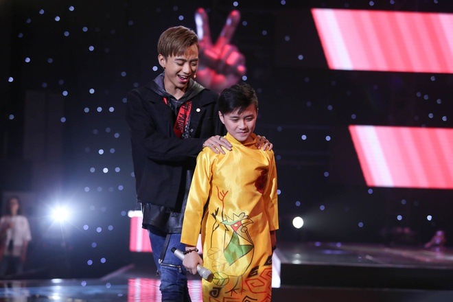 Cau be 10 tuoi hat rock khien HLV Voice Kids tranh gianh quyet liet hinh anh 5