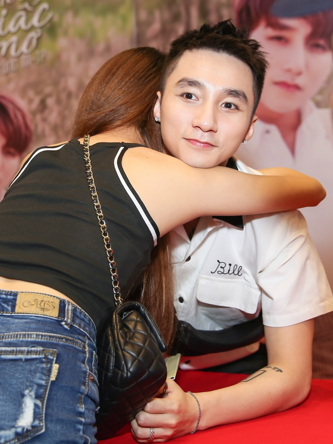 Son Tung M-TP duoc fan nu om nong nhiet tai buoi ky tang hinh anh 6