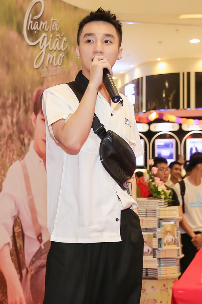 Son Tung M-TP duoc fan nu om nong nhiet tai buoi ky tang hinh anh 12