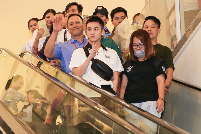 Son Tung M-TP duoc fan nu om nong nhiet tai buoi ky tang hinh anh 1