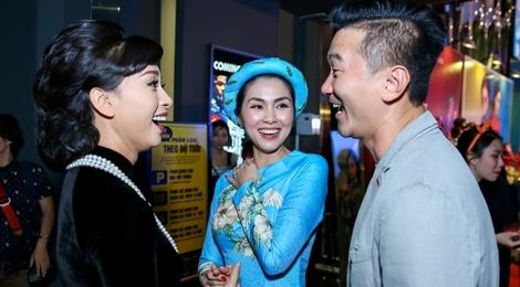 Tang Thanh Ha cung hoi ban than mac ao dai di xem 'Co Ba Sai Gon' hinh anh