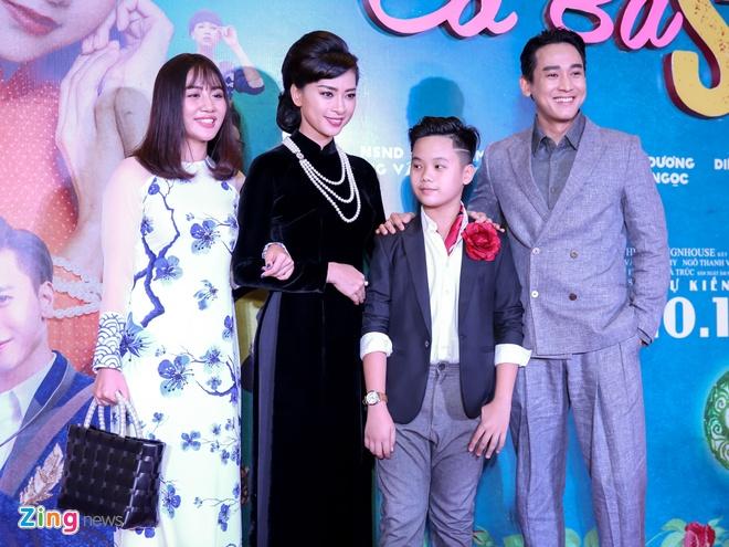 Tang Thanh Ha cung hoi ban than mac ao dai di xem 'Co Ba Sai Gon' hinh anh 8