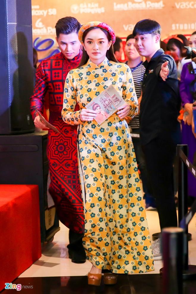 Tang Thanh Ha cung hoi ban than mac ao dai di xem 'Co Ba Sai Gon' hinh anh 11