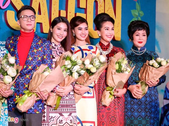 Tang Thanh Ha cung hoi ban than mac ao dai di xem 'Co Ba Sai Gon' hinh anh 16