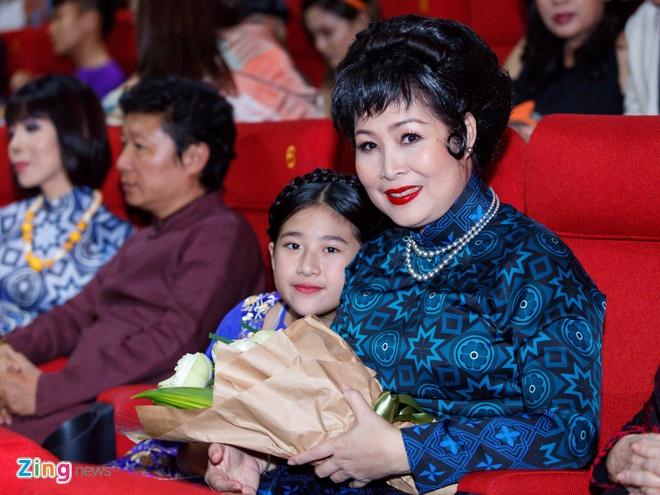 Tang Thanh Ha cung hoi ban than mac ao dai di xem 'Co Ba Sai Gon' hinh anh 15