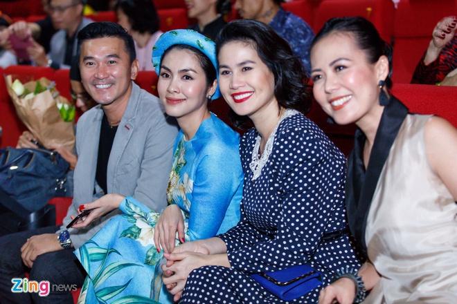 Tang Thanh Ha cung hoi ban than mac ao dai di xem 'Co Ba Sai Gon' hinh anh 14