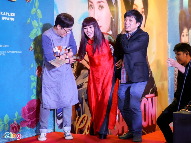 Tang Thanh Ha cung hoi ban than mac ao dai di xem 'Co Ba Sai Gon' hinh anh 9