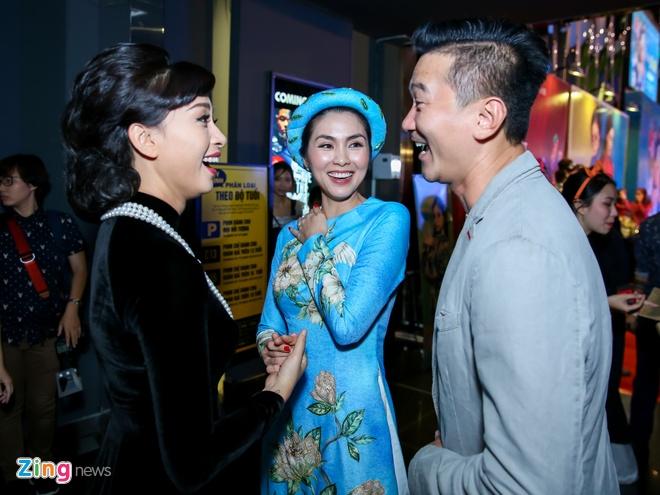 Tang Thanh Ha cung hoi ban than mac ao dai di xem 'Co Ba Sai Gon' hinh anh 2