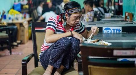 Hoai Linh an voi trong hau truong live show Kieu Minh Tuan hinh anh