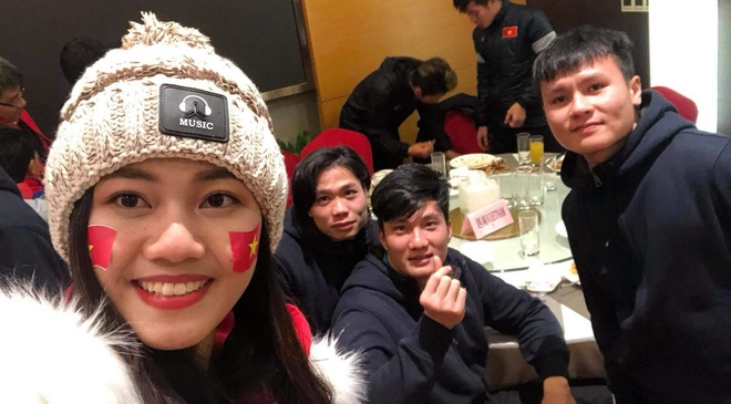 A hau Thanh Tu chup anh voi HLV Park Hang-seo, Quang Hai sau chung ket hinh anh