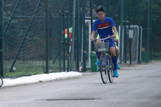 Hau ve U20 Viet Nam nghien rang dap xe dieu tri chan thuong hinh anh 2