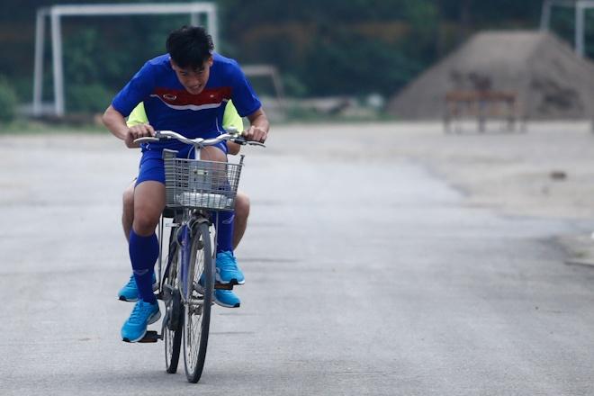 Hau ve U20 Viet Nam nghien rang dap xe dieu tri chan thuong hinh anh 3