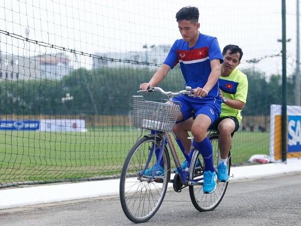 Hau ve U20 Viet Nam nghien rang dap xe dieu tri chan thuong hinh anh