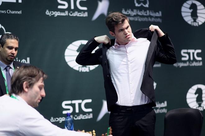 Vua co Magnus Carlsen thuc tinh, doi lai chuc vo dich the gioi hinh anh 1