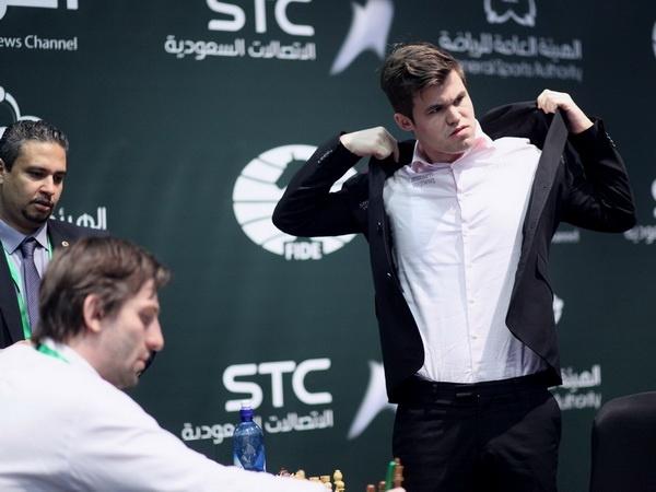 Vua co Magnus Carlsen thuc tinh, doi lai chuc vo dich the gioi hinh anh