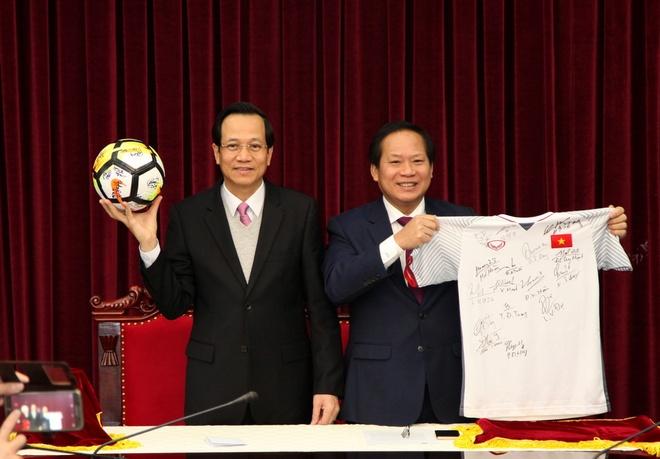 Mon qua U23 Viet Nam tang Thu tuong duoc dau gia 20 ty dong hinh anh 1