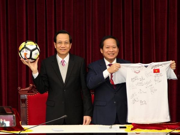 Mon qua U23 Viet Nam tang Thu tuong duoc dau gia 20 ty dong hinh anh