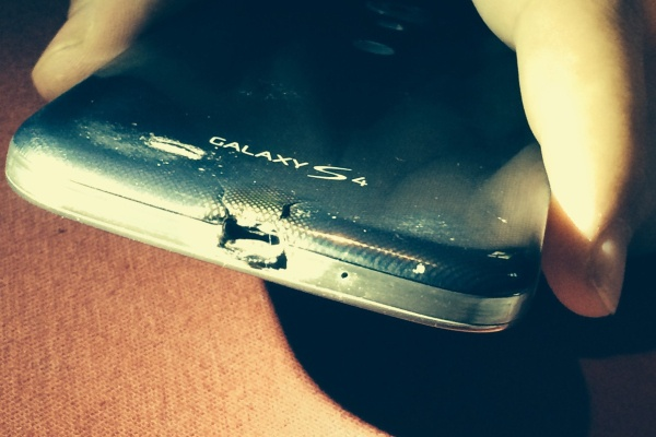 Chay Galaxy S4, duoc tang HTC One M8 hinh anh 1 Chiếc Galaxy S4 bị cháy. Ảnh
