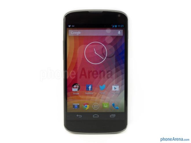 10 dien thoai Android dep nhat hinh anh 10  Google Nexus 4: là sản phẩm do Google và LG phối hợp sản xuất. Sở hữu rất nhiều điểm thiết kế tương đồng với người tiền nhiệm Galaxy Nexus, có thể kể đến như bốn góc máy được bo tròn, hai cạnh trên dưới uốn cong nhẹ và mặt trước có một màu đen tuyền. Mặt lưng của thiết bị được trang trí dạng họa tiết chấm bi.