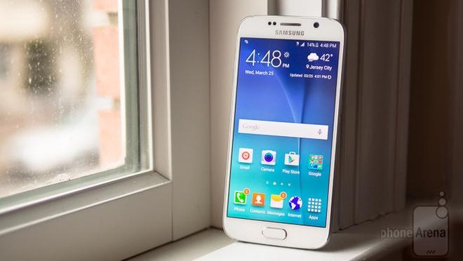 10 dien thoai Android dep nhat hinh anh 1 Galaxy S6: là một khởi ấn tượng của Samsung trong năm 2015. Sau nhiều năm trung thành với việc sử dụng chất liệu nhựa, Samsung đã lắng nghe ý kiến của người dùng để tạo ra một thiết bị có phong cách thiết kế hoàn toàn mới. Với bộ khung kim loại, kính cường lực Gorilla Glass 4 trên cả hai mặt, pin không thể tháo rời. S6 bản thường chính là một lựa chọn không tồi. Thiết bị có giá 16,6 triệu.