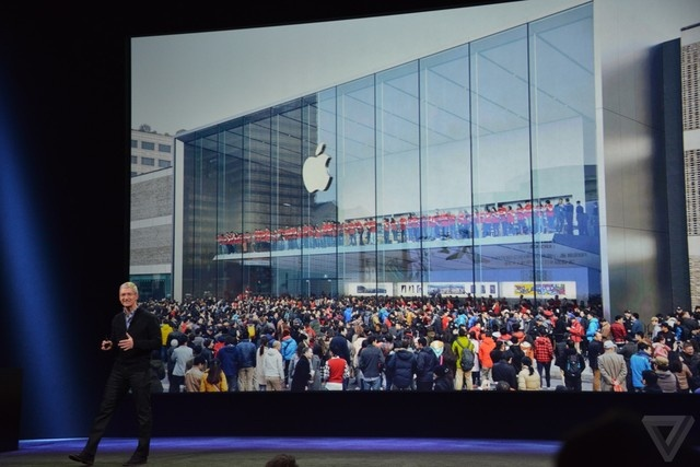 Apple sap chiem ngoi vuong smartphone tai Trung Quoc hinh anh 1 Người dân chen lấn trước Apple Store mới khai trương tại Trung Quốc đầu năm nay.