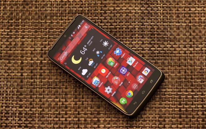10 smartphone cao cap pin khung hinh anh 1 Motorola Droid Turbo: Đây là thiết bị cao cấp của Motorola với cấu hình mạnh. Máy dùng chip xử lý 4 nhân Sapdragon 805 tốc độ 2,7 GHz, RAM 3 GB, màn hình 5,2 inch, camera chính 21 MP hỗ trợ quay video 4K. Với pin dung lượng 3.900 mAh, thiết bị có thời gian sử dụng lên trên 10 tiếng trong khi chỉ mất hơn 2 giờ để sạc trong thử nghiệm benchmark pin.