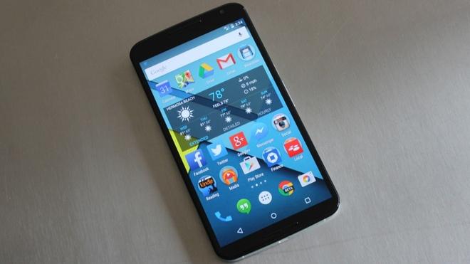 10 smartphone cao cap pin khung hinh anh 5 Google Nexus 6: Đây là sản phẩm kết hợp của Google và Motorola. Mặc dù là phablet có màn hình 6 inch, nhưng Nexus 6 vẫn có thời gian sử dụng ấn tượng, gần 8 tiếng benchmark cùng thời gian sạc chỉ 1h38 phút.