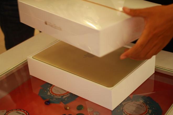 Mo hop MacBook 12 Retina chinh hang mau vang tai VN hinh anh