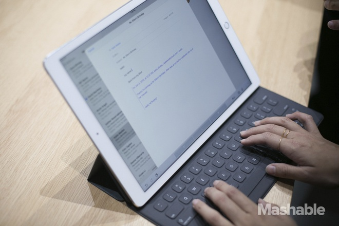 8 dieu Apple chua tiet lo ve iPad Pro hinh anh 6 6. Bàn phím không cần Bluetooth: Trên iPad Pro có một cổng từ mới được gọi là kết nối thông minh. Kết nối mới cho phép bàn phím Bluetooth đi kèm máy có thể hoạt động mà chẳng cần tới Bluetooth. Đây được xem là tin vui cho các tín đồ công nghệ bởi bàn phím Bluetooth thường hay gặp trục trặc về kết nối. Theo đó, bàn phím của bên thứ ba cũng có thể mỏng hơn và nhẹ hơn vì không cần phải có pin bên trong.