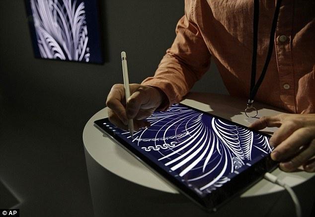 8 dieu Apple chua tiet lo ve iPad Pro hinh anh 4 4. Thời lượng pin của Apple Pencil: Bút stylus đi kèm iPad Pro mang lại thời lượng sử dụng tốt đồng thời có thể sạc đầy rất nhanh. Thử nghiệm cho thấy, chỉ 15 giây sạc cũng cho phép chiếc bút này hoạt động trong suốt 30 phút. Làm một phép tính đơn giản, có thể thấy Apple Pencil chỉ mất khoảng 6 phút để sạc đầy. Sau đó, người dùng sẽ sử dụng được chiếc bút này trong 12 giờ liên tục.