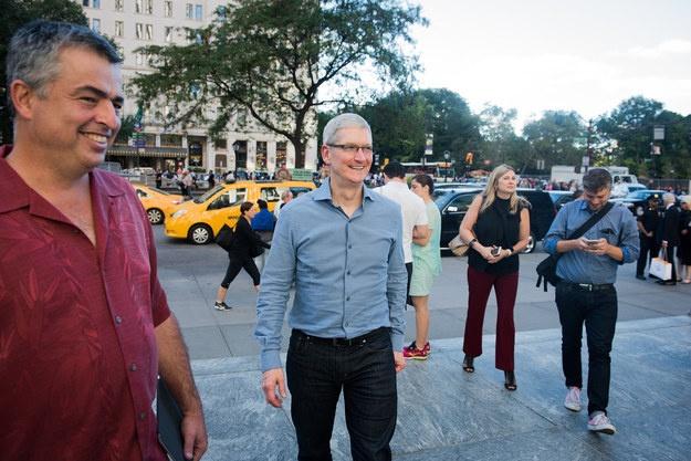 Sau iPhone 7, co the khong con iPhone 7S hinh anh 1 Tim Cook bất ngờ thăm một cửa hàng Apple Store tại New York.