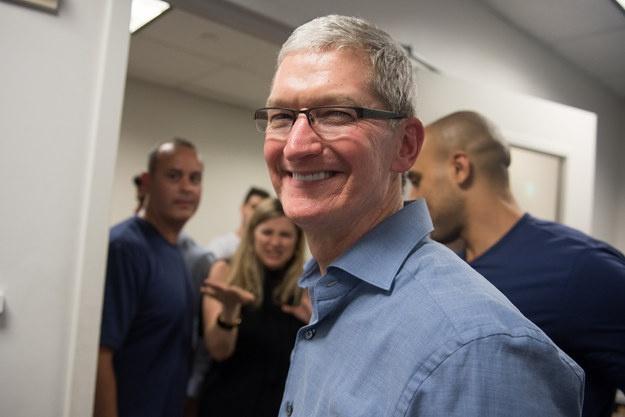 Sau iPhone 7, co the khong con iPhone 7S hinh anh 7 Tim Cook rời đi kèm nụ cười đầy thân thiện.