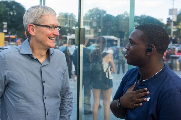 Sau iPhone 7, co the khong con iPhone 7S hinh anh 2 Lúc đầu, có rất ít người nhận ra sự xuất hiện của Tim Cook.