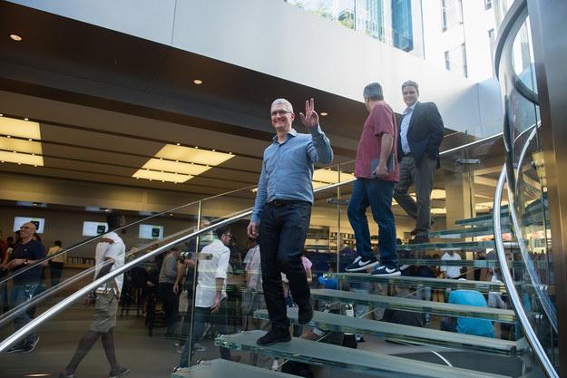 Sau iPhone 7, co the khong con iPhone 7S hinh anh 3 Tim Cook vẫy chào mọi người.