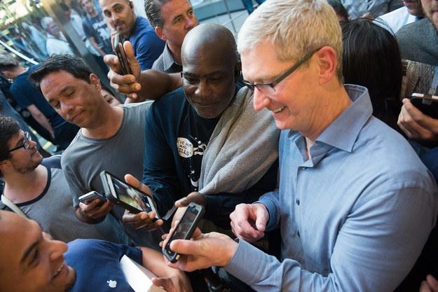 Sau iPhone 7, co the khong con iPhone 7S hinh anh 4 Một số bắt đầu để ý tới sự có mặt của Cook.
