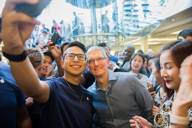 Sau iPhone 7, co the khong con iPhone 7S hinh anh 5 Mọi người chụp hình lưu niệm cùng Tim Cook.