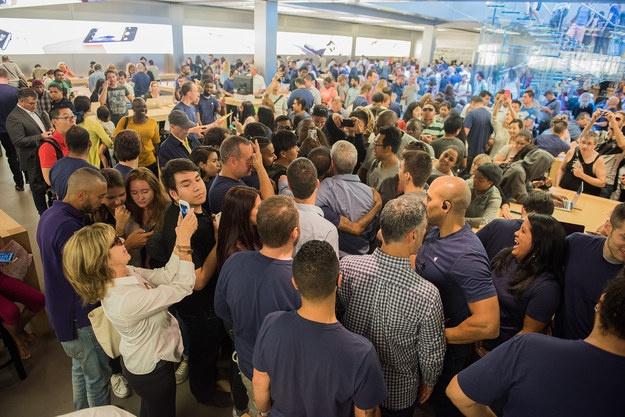 Sau iPhone 7, co the khong con iPhone 7S hinh anh 6 Đám đông nhanh chóng vây kín vị thuyền trưởng của Apple.