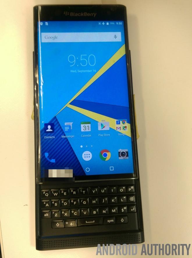 BlackBerry Venice ro ri anh thuc te hinh anh 3 Hình ảnh rò rỉ cho thấy, Venice có thiết kế bàn phím trượt với bàn phím QWERTY đặc trưng. Kể từ model Torch ra mắt năm 2011, đây là lần đầu tiên bàn phím trượt xuất hiện trên smartphone của BlackBerry.