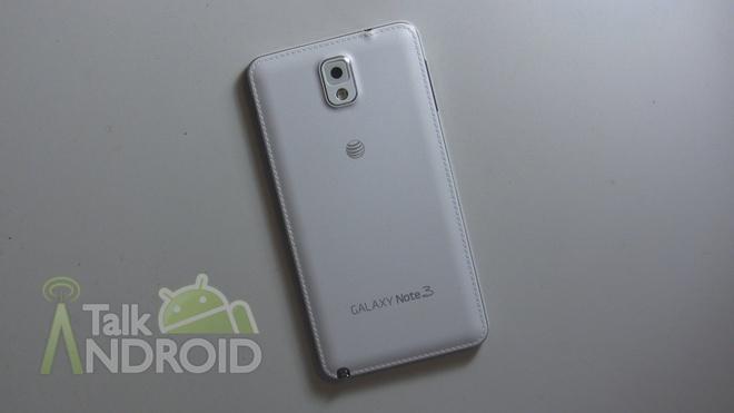 """Lich su dong Galaxy Note cua Samsung hinh anh 3 3. Galaxy Note 3  Nối tiếp thành công của phiên bản tiền nhiệm, Samsung ra mắt Galaxy Note 3 vào tháng 9/2013. Đây là lần đầu tiên thiết kế nắp lưng giả da được giới thiệu trên dòng Note, thay cho chất liệu vỏ silicone trước đó. Hãng công nghệ Hàn Quốc cũng tiếp tục nâng kích thước màn hình của máy lên 5,7 inch với độ phân giải Full HD (1.920 x 1.080 pixel).   Các chi tiết phần cứng khác gồm chip Snapdragon 800 hoặc Exynos 5 Octa 5420 tuỳ thị trường tiêu thụ. Theo đó, máy có các phiên bản dùng vi xử lý quad-core Krait 400 tốc độ 2,3 Ghz, Cortex-A15 tốc độ 1,9 GHz và Cortex-A7 1,3 GHz. Dung lượng RAM được tăng lên thành 3 GB. Bút S Pen có thêm các chức năng như Air Command, Action Memos, nhận dạng chữ viết…  Cameara chính trên Galaxy Note 3 là 13 megapixel, trong khi máy ảnh trước vẫn giữ nguyên độ phân giải 2 """"chấm"""". Dung lượng pin tăng không đáng kể (3.200 mAh), Máy chạy Android Jelly Bean 4.3, có thể nâng cấp lên Lollipop 5.0. Hãng công nghệ xứ kim chi đã bán được hơn 10 triệu chiếc Galaxy Note 3 chỉ sau 2 tháng ra mắt."""