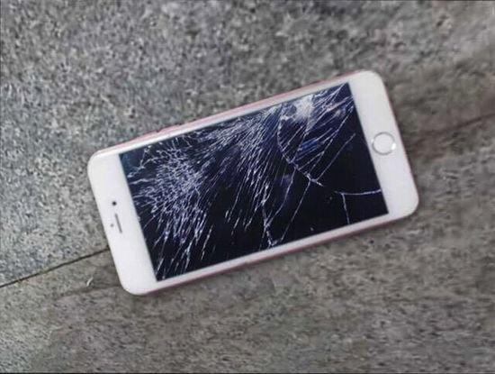 Nem vo iPhone 6S hong vi ban trai doi cai dinh vi hinh anh 1