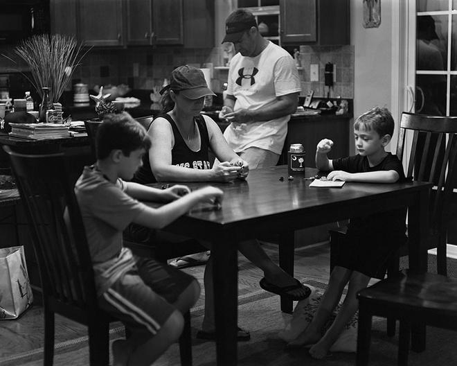 Gia đình cùng nhau đi uống cafe nhưng họ không có sợi dây liên kết nào ngoài