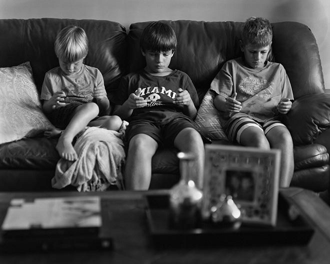 Ngồi một chỗ và sử dụng các thiết bị điện tử khiến trẻ em ngày một thụ động hơn so với trước đây.