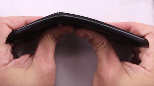 Nexus 6P bi be cong de dang trong bai thu nghiem do ben hinh anh