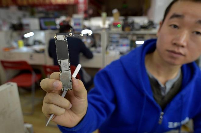 Do iPhone dung luong 16 len 128 GB hinh anh 1 Chip nhớ của iPhone có thể thạy dễ dàng tại đây.