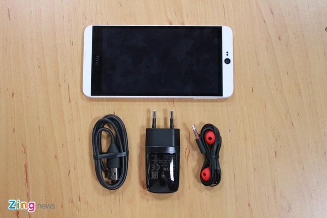 Mo hop HTC Desire 826 Dual chuyen selfie hinh anh 2 Phụ kiện đi kèm bao gồm cáp sạc và tai nghe tiêu chuẩn, trong đó tai nghe được thiết kế khá đẹp