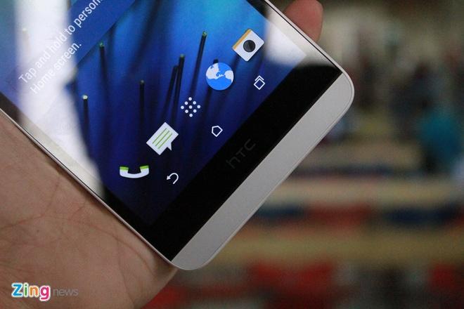 Mo hop HTC Desire 826 Dual chuyen selfie hinh anh 6 Tương tự, logo HTC ở phần dưới cũng chiếm khá nhiều diện tích, ba phím điều hướng được đặt bên trong, ẩn đi khi vào ứng dụng.