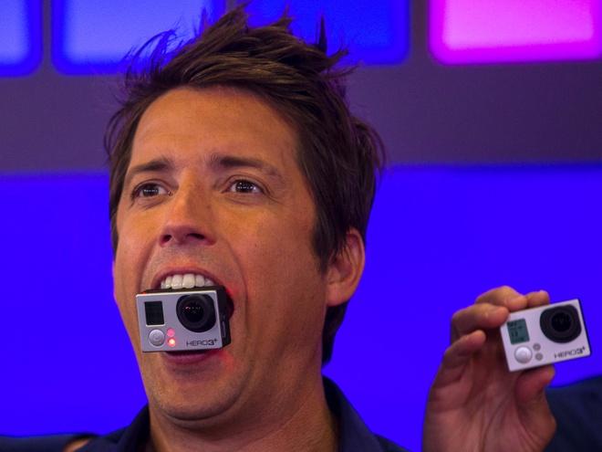 Apple se mua lai cong ty so huu thuong hieu GoPro? hinh anh 1 CEO Nicholas Woodman và chiếc máy ảnh GoPro.