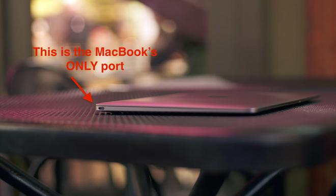 Nhung thiet ke di nguoc tuyen bo cua Apple hinh anh 6 MacBook mới chỉ có 1 cổng, không thể vừa sạc vừa kết nối các phụ kiện.
