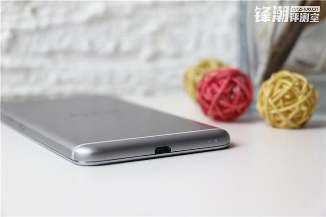 HTC One X9 chinh thuc lo dien trong loat anh thuc te hinh anh 9 Cận cảnh cổng kết nối và sạc pin của thiết bị.
