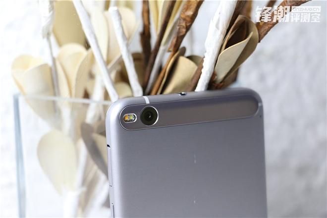 """HTC One X9 chinh thuc lo dien trong loat anh thuc te hinh anh 5 Ở mặt lưng, máy ảnh chính được bố trí ở góc trên bên trái với đèn flash kép. Camera này có thể là 13 """"chấm"""", hỗ trợ khả năng chống rung quang học."""